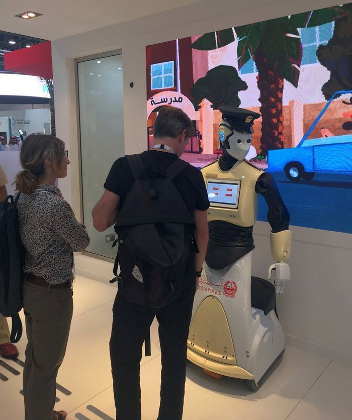 В ОАЭ будут работать роботы-полицейские (видео)
