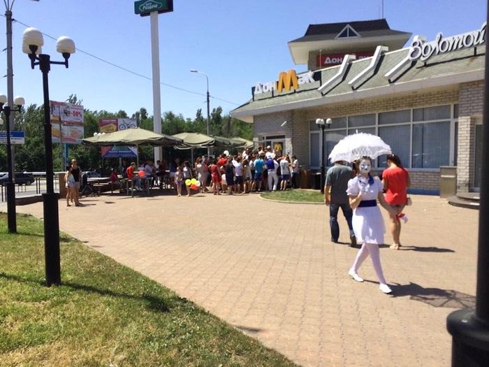 В оккупированном Донецке McDonald's заменили на ДонМак (фото и фотожабы)