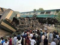 В Пакистане столкнулись 2 поезда: пострадали 150 пассажиров (фото)