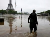В Париже усиливается наводнение, уровень воды быстро поднялся выше пяти метров