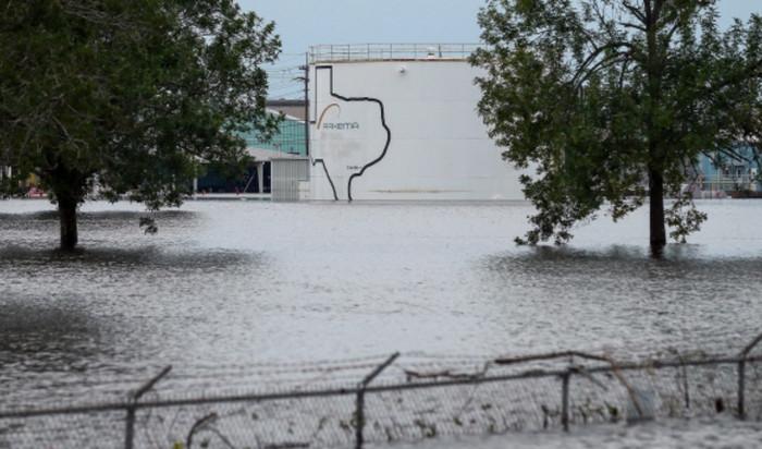 В результате наводнения произошел взрыв на химическом заводе в Хьюстоне