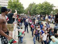 В США произошли столкновения: люди в масках поймали лидера Patriot Prayer Джоуи Гибсона