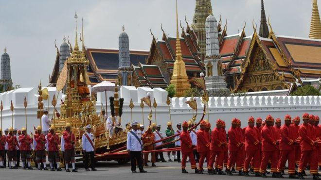 В Таиланде хоронят короля Пхумипонома Адульядетаом спустя год после смерти