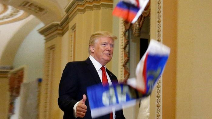 В Трампа бросили российские флаги