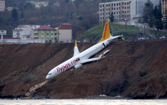 В турецком аэропорту самолет съехал с полосы и завис над морем