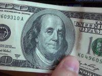 В Украину ввезлиискусно подделанные 100-долларовые банкноты: 10 отличительных особенностей фальшивок
