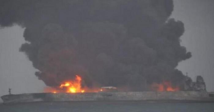 В Восточно-Китайском море взорвался нефтяной танкер