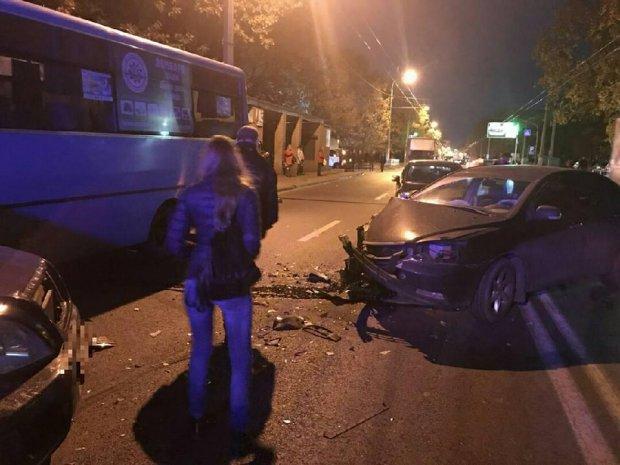 В Харькове пьяный водитель устроил тройное ДТП