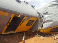 В ЮАР из-за столкновения грузовика и поезда травмированы около ста человек