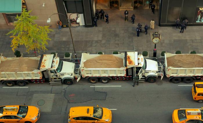 Вдоль Пятой авеню власти Нью-Йорка установили грузовики с песком