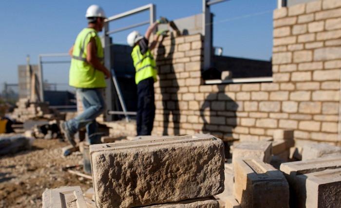 Великобритании необходимо 400 000 строителей, чтобы строить один дом за 77 секунд
