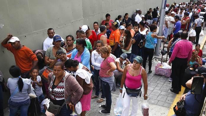 Инфляция в Венесуэле бьет все рекорды - местные жители ходят в магазины с мешками денег