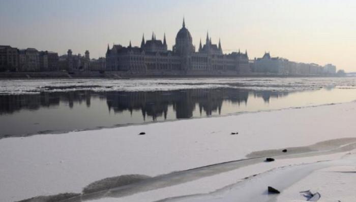 Венгрия и Болгария закрыли судоходство на Дунае из-за льда