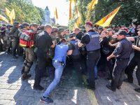 Вкладчики банка «Михайловский» подрались с полицией возле Администрации президента