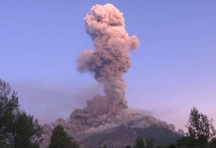Вулкан на Филиппинах взорвался, выстрелив лаву на 700 метров в небо