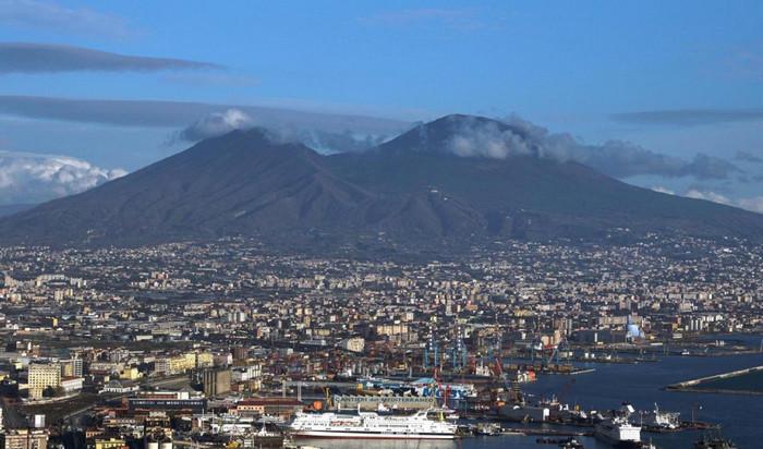 Вулкан возле Неаполя подает признаки пробуждения
