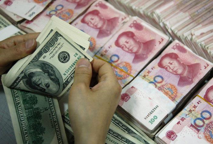 В Китае рекордное падение юаня - валюта обесценилась до уровня 2011 года