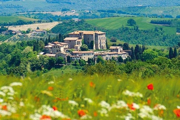 Под Римом продают средневековый замок Ди Сисмано с деревней (фото)